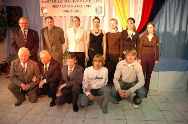 Prítomní ocenení športovci na spoločnej fotografii.