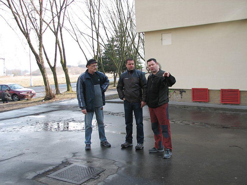 Predseda SVB z bytovky na Hodžovej ulici sa posťažoval na neupravené chodníky a park.