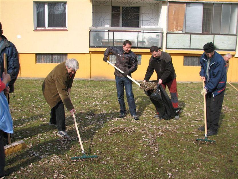 Primátor Andrej Hrnčiar s poslancom Tiborom Adamkom pomáhajú upratovať na Hodžovej ulici.