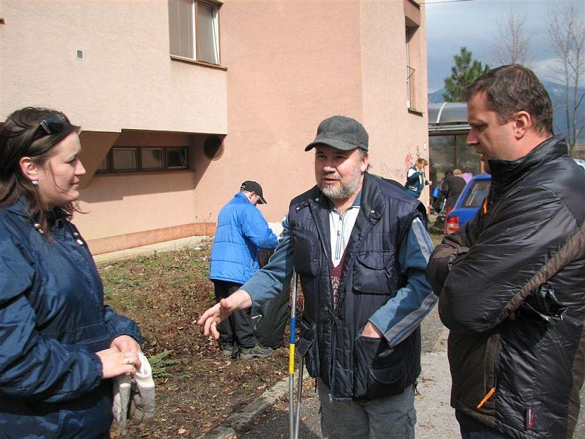 Zástupca obyvateľov bezbarieroveho domu tlmočí problémy, ktoré majú s budovou. Vľavo poslankyňa Zuzana Dobríková, vpravo primátor Andrej Hrnčiar.
