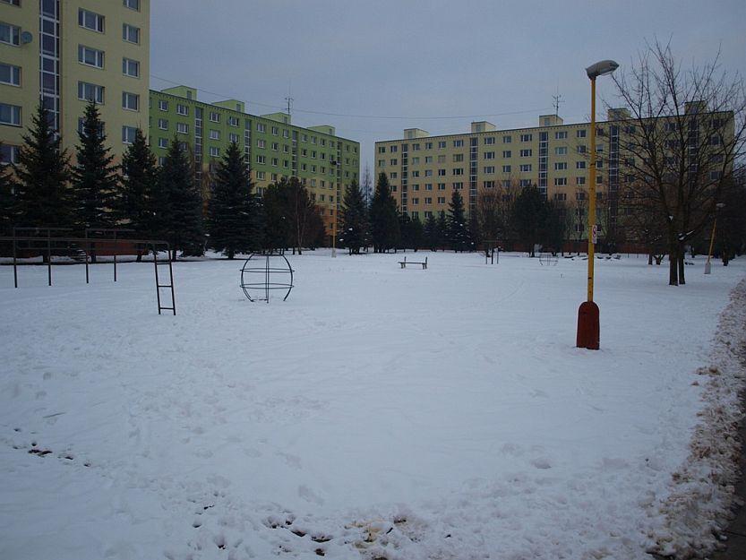 Vo vnútrobloku medzi Volgogradskou a Dulom je dosť miesta na plánované detské preliezky.