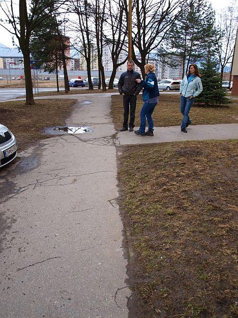 Rozbité chodníky trápia mnohých.