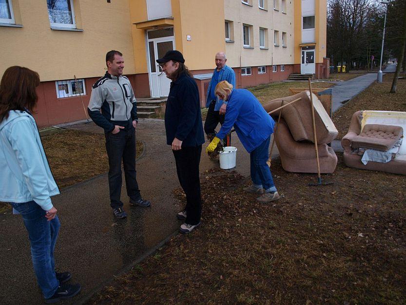Zo susedného paneláku na Košútskej sa do upratovania zapojilo len pár rodín.