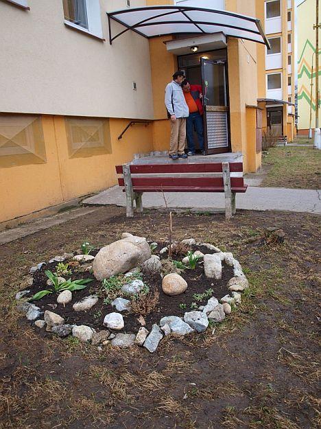 Tento vchod je pozitívnym príkladom toho, ako si jeho obyvatelia vedia skrášliť okolie.