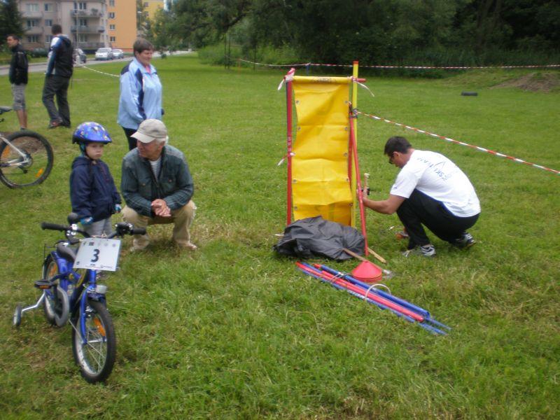 Malí cyklisti sledovali aj prípravu trate.