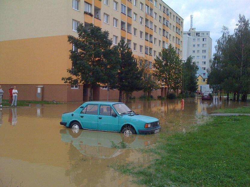 Autá, ktoré majitelia nestihli preparkovať ostali vo vode.