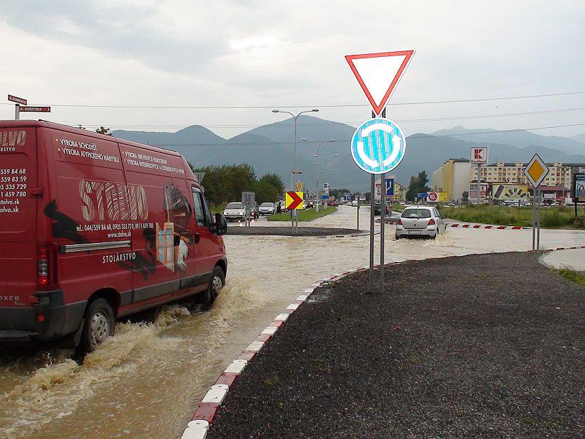 Kruhová križovatka v Košútoch priamo pod vodou.