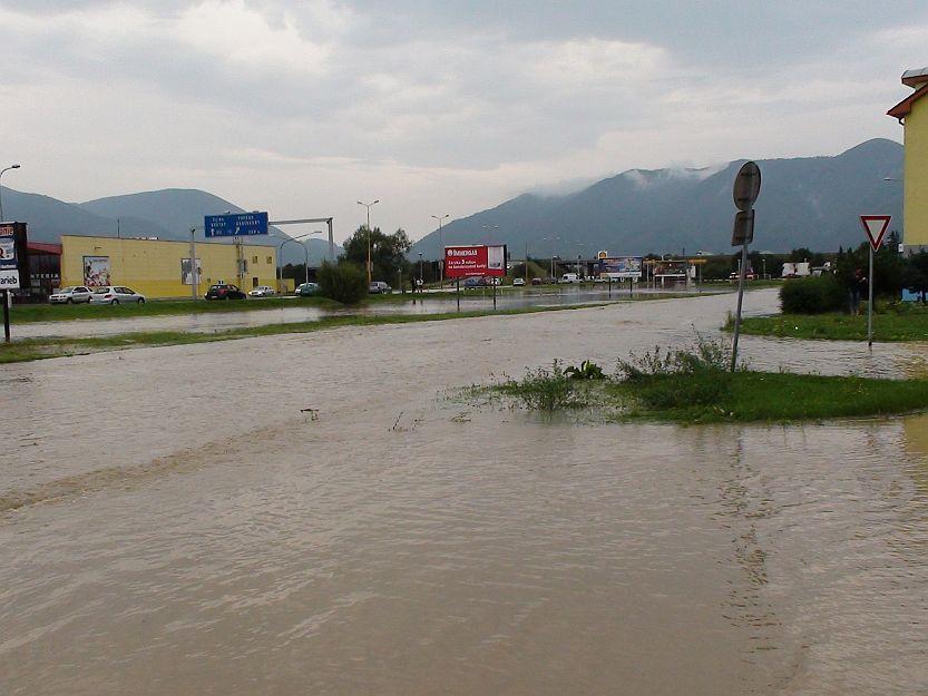 Od Kauflandu po čerpaciu stanicu Shell sa vytvorila veľká vodná plocha.
