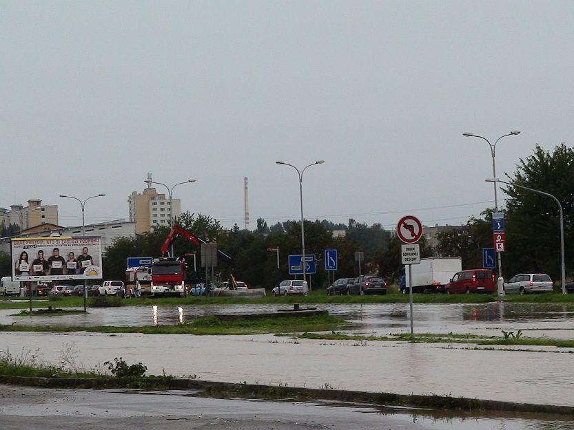 Pomocou ťažkej techniky sme odstránili na Jilemnického ulici záplavovej vlne z cesty betónové zábrany.