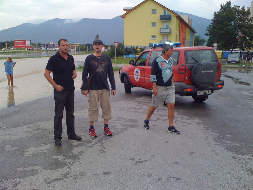 Z vozidla mestského dobrovoľného požiarneho zboru situáciu monitoroval primátor s členmi krízového štábu po celom meste.