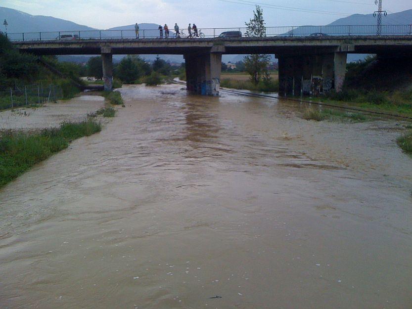 Zaplavilo a neskôr aj podmylo železničnú trať.