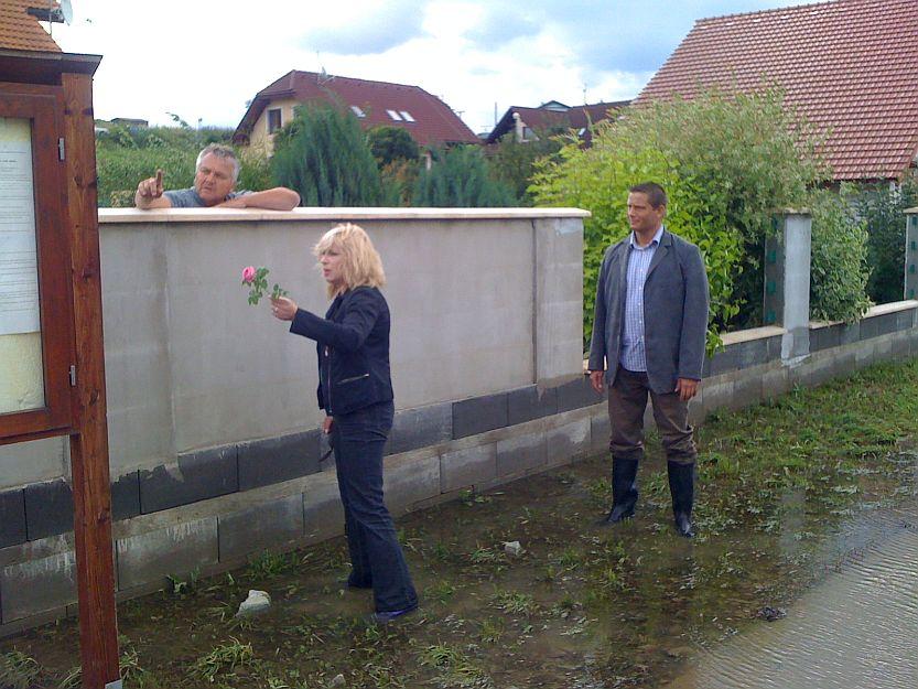 O tom, že to dobré z ľudí nevyplaví ani povodeň svedčí darovaná ruža pani premierke od tohoto pána.