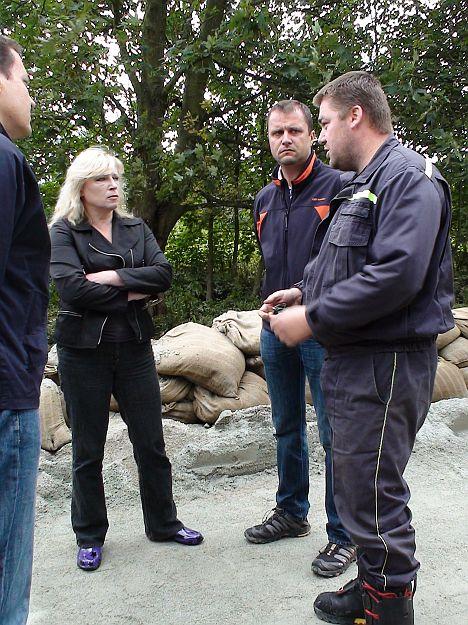 Pani premierka Radičová si aj s ministrom Lipšicom si vypočula skúsenosti vrátane výpočtu nedostatkov, ktoré prax odhalila  priamo od veliteľa mestských hasičov p. Vanku.