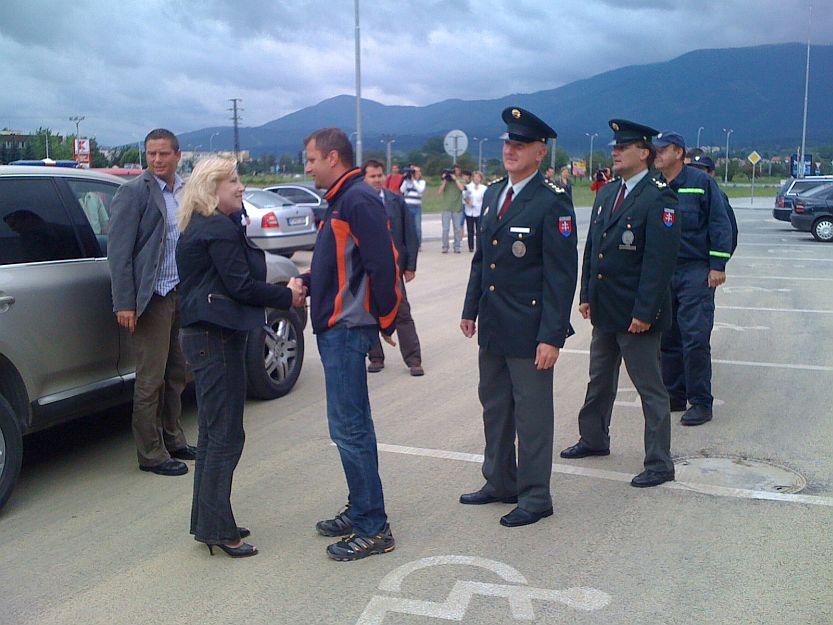 V stredu na obhliadku prišla pani premierka Radičová a primátor ju privítal pri Kauflande.