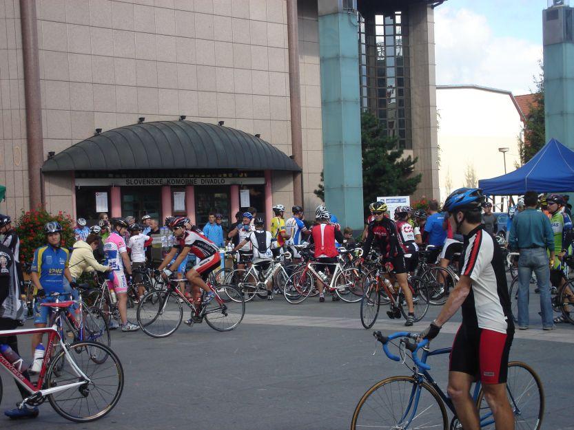 Divadelné námestie sa postupne napĺňalo  priaznivcami cyklistiky.
